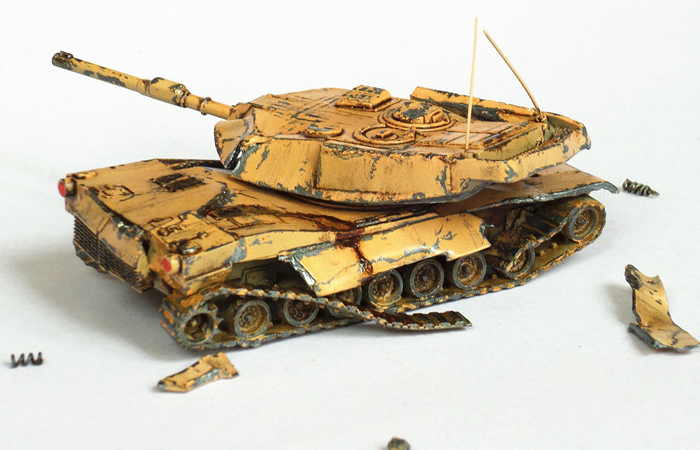 1/100 Battle Damage Tank Scale Model For Battlefield Scene, Finished Plastic Model Kit.