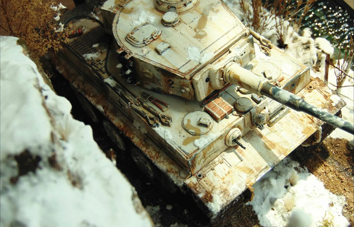 1/35 Scale Plastic Model Kit, Tiger Tank And Soldiers, Winter Snow Scene Diorama.